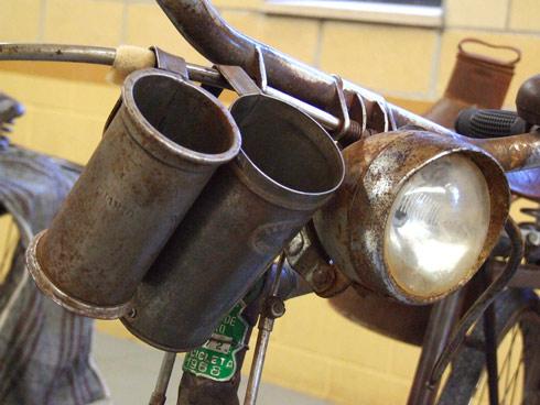Detalle de bicicleta de reparto de leche