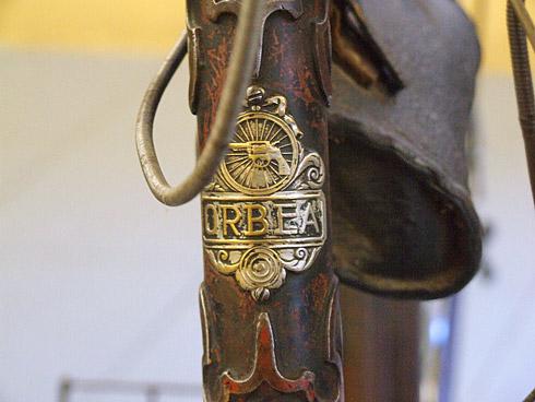 Detalle del antiguo escudo de Orbea, donde muestra su pasado como fabricante de armas