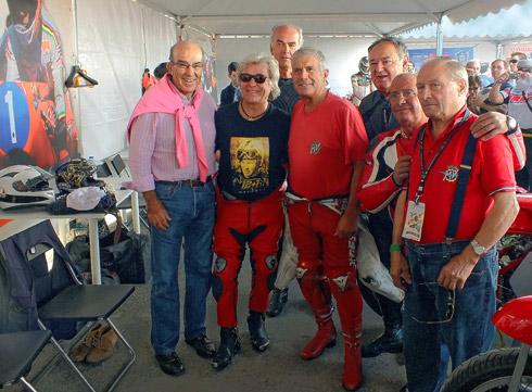 Carmelo Ezpeleta, Ángel Nieto, Giacomo Agostini y el equipo MV Augusta