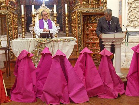 Trastos y Capotes rodeando el Altar.