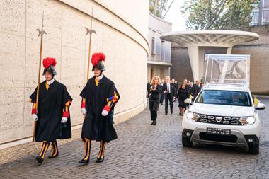 """Dos guardias vaticanos precediendo al """"Daciamóvil"""""""