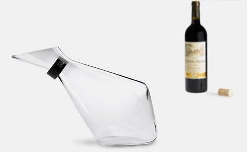 Jarra de exquisito y elegante diseño para servir el vino en las copas