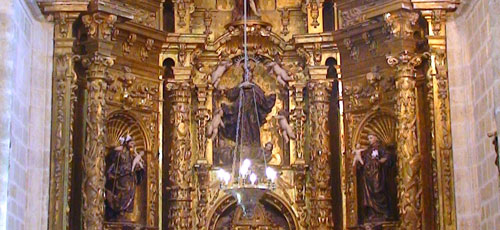 Antes el brillo de bombillas incandescentes dificultaba la contemplación del retablo