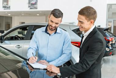 Momento feliz de la firma del contrato tras la decisión de comprar un coche nuevo