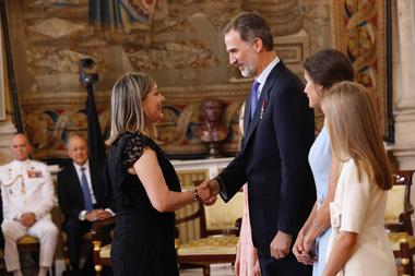 Nuria Robles estrechando la mano de S.M. Felipe VI