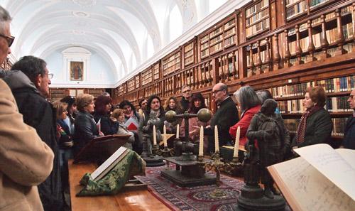 El padre Serafín explicando a los alumnos de la UBU algunos de los pormenores que alberga la famosa Biblioteca del Monasterio