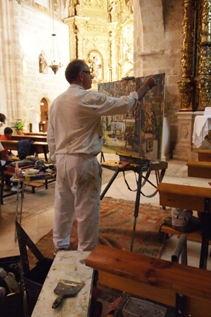 Severiano Monge en pleno trabajo dentro del templo