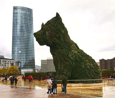 'Puppy' y al fondo el edificio de la sede de Iberdrola