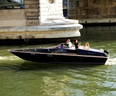 El 'black Swan' navegando por el río Sena