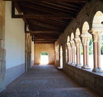 Interior del pórtico, con la puerta del este al fondo