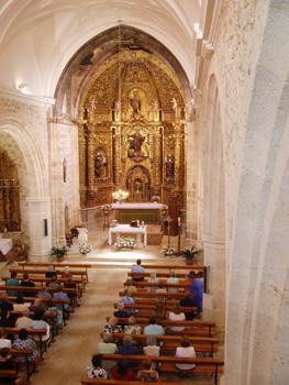 Nave central con el retablo principal al fondo