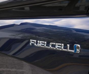 Etiqueta 'FUEL CELL' que identifica a este Toyota