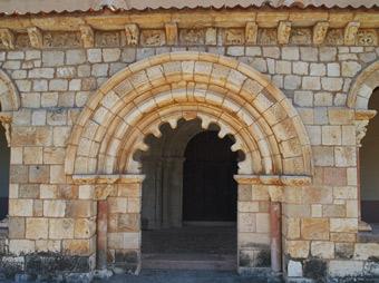 Arco lobulado en el acceso meridional al pórtico