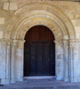 Acceso a la iglesia por la puerta sur