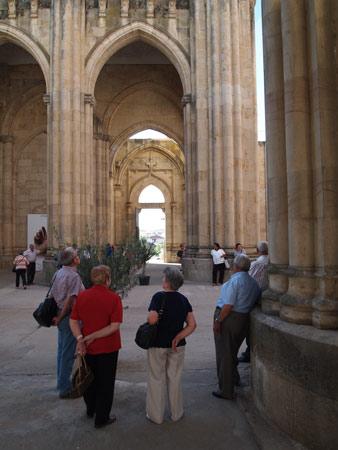 Interior del templo, con la puerta oeste al fondo