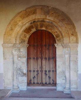 Acceso a la iglesia por la puerta oeste