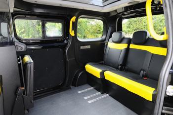 Interior de un taxi e-NV200 londinense
