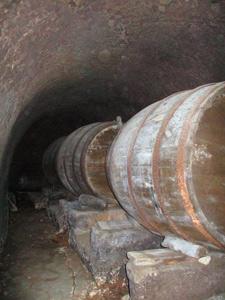 Muchas cubas apoyan en enormes tajones de piedra