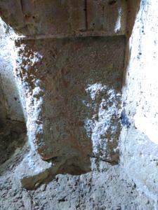 Piedra deteriorada, con salitre provocado por la humedad