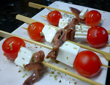 Brochetas de queso tomate y anchoas