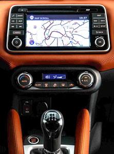 Detalle consola central y pantalla