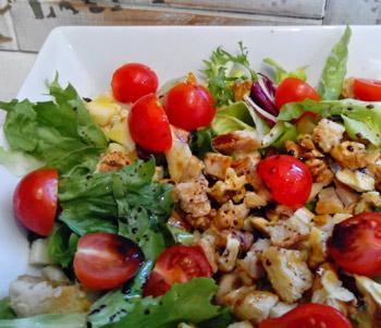 Ensalada de manzana con pollo y vinagreta templada de mostaza