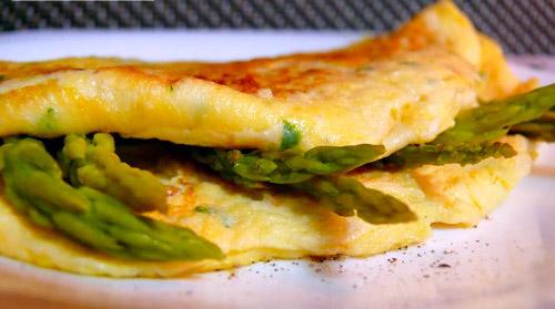 Tortilla francesa con gambas y espárragos verdes