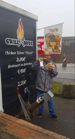 José Mateos Mariscal degustando un Currywurst