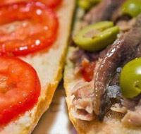 Pan con tomate, anchoas y atún