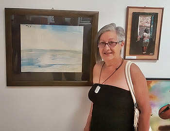 Olga Araúzo junto a una obra de Reis