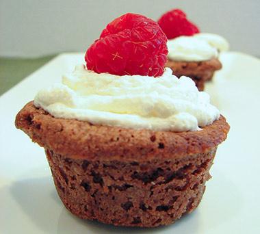 Brownie con nata y frambuesa