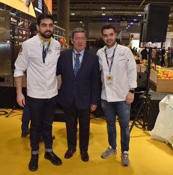 César Rico junto a los cocineros Alejandro Serrano y Ricardo Temiño