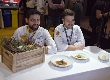 Alejandro Serrano y Ricardo Temiño posan junto a sus platos