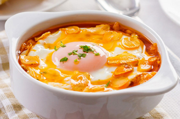 Sopa de ajo de pan seco y yema de huevo