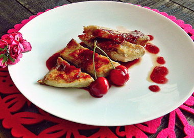 Secreto de cerdo con salsa de cerezas