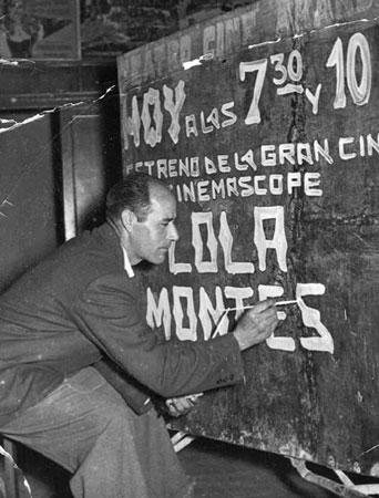 Terencio Sendino, rotulando el cartelón metálico de propaganda que se ponía en la plaza Mayor, 20-06-1958