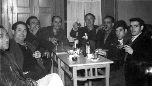 Reunión de empleados en el bar del Cine Aranda, 01-02-1959, de izquierda a derecha: Desconocido, Gabino Cisnal, Felipe Bocanegra, Terencio Sendino, Eusebio García, Lorenzo García, Celestino Alcalde, Antonio Nuñez.