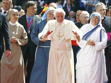 Con Benedicto XVI  y religiosa de otras Congregaciones