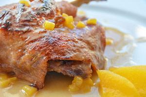 Magret de pato con manzana, melocotón y pera