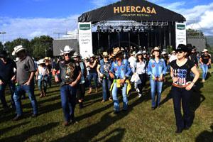 Country Line Dance en el campo de fútbol