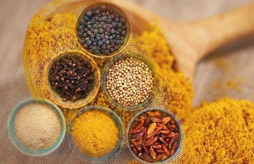 El curry es un condimento que combina el polvo de varias especias