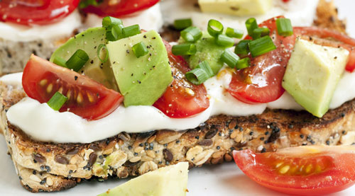 Pan integral, aguacate y tomate