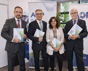 Inés Cardenal, directora de Comunicación y Asuntos Legales de la AOP, con los ponentes