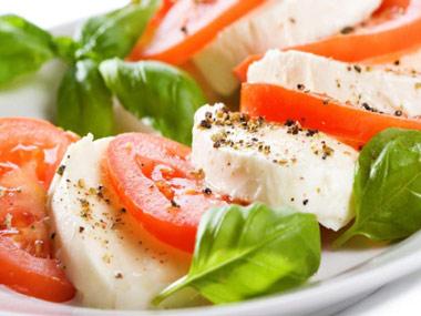 Ensalada caprese (tomate, mozzarella, orégano, y aceite de oliva)