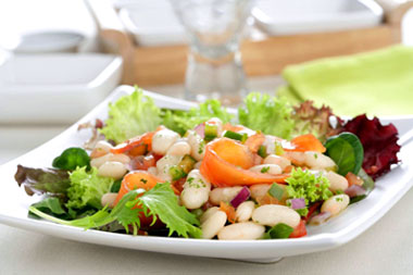 Ensalada de alubias blancas y judías verdes con salmón