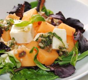 Ensalada de melón, queso feta y anchoas