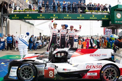 Nakajima, Buemi y Alonso, celebrando su triunfo