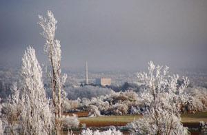 Vista exterior de la central en pleno invierno burgalés