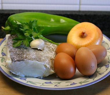 Ingredientes para tortilla francesa con bacalao y pimiento verde