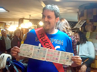 Jonatan Martínez mostrando todos los sellos
